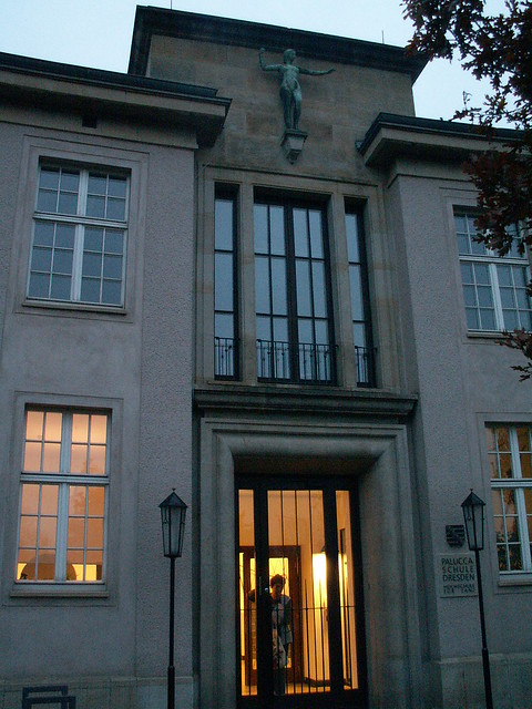 Die Palucca Schule wurde 1925 von Gret Palucca in Dresden gegründet, 1949 wurde die Palucca Schule Dresden verstaatlicht, 1952 begann der Schulneubau  mit neuklassizistischer Fassade am Basteiplatz,  Bis 1991 unterrichtete Gret Palucca hier selbst 048