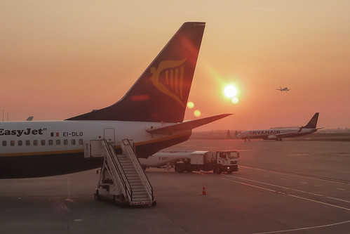 sunrise airport aeroporto ryanair flughafen avignon avril aeropuerto leverdesoleil charleroi 201104 atterrissage aéroport 2011 pbflickr