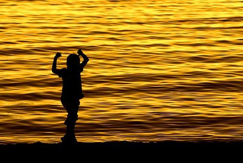 boy sunset people beach water strand happy minolta sweden schweden glad fave cc 25 creativecommons dynax7d 7d konica sverige dynax 2008 vatten suede silohuette solnedgång skärgård konicaminolta skärgården kicki uppland roslagen grisslehamn siluett pojke väddö konicaminoltadynax7d anawesomeshot aplusphoto 25fave artlegacy svenskaamatörfotografer enbrabild kh67
