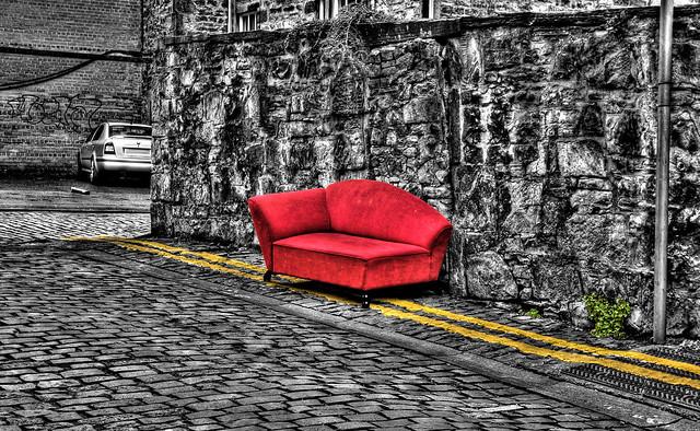 Chaise longue rouge sur noir et blanc avec jaune et un - Chaises noir et blanc ...