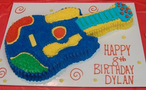 Gâteau d'anniversaire en forme de guitare