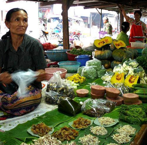 מימין למטה: ביצי נמלים אדומות (בשוק בפרובינציית מוקדהן)