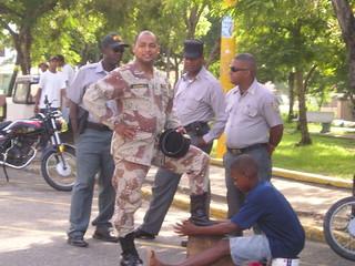 Joven limpia las botas a un militar en Santo Domingo, República Dominicana