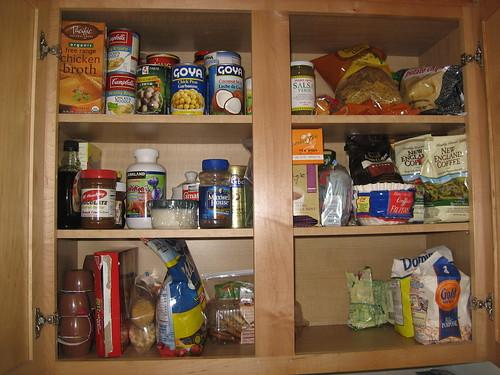 Alimenti riposti in armadio di cucina pulito