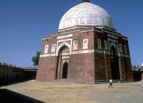 The tomb of ghiyath al din tughluq at delhi tughluqabad for Space arch delhi