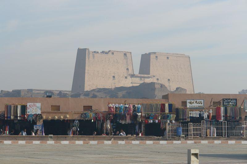 Edfu, Templo de Horus - Vista del Pílono del Templo Templos a la orilla del río Nilo en Egipto - 2473734083 2f80989d0f o - Templos a la orilla del río Nilo en Egipto