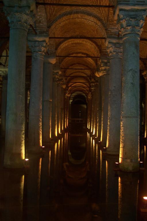 Reflejo de un pasillo de Columnas en el interior de la Cisterna cisterna de estambul - 2527688096 bffdeef1bd o - Basílica de la Cisterna de Estambul