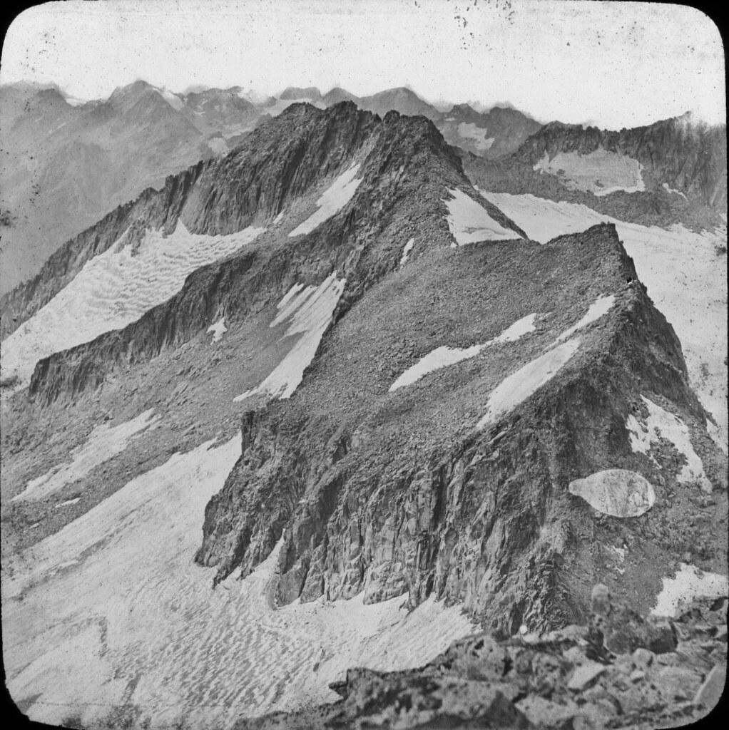 Pic du Milieu et pic de la Maladetta, vue prise du sommet du Néthou, août