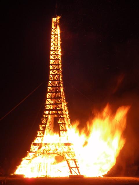 Torre Eiffel en llamas