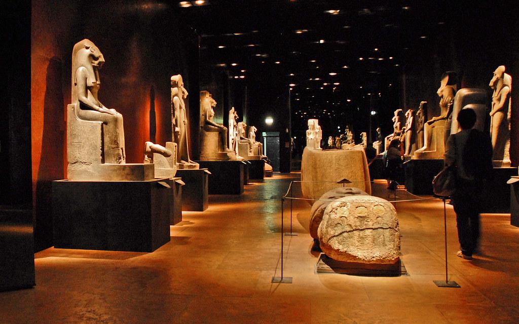 A l'intérieur du Musée égyptien de Turin : Salle des statues monumentales - Photo de Jean-Pierre Dalbéra