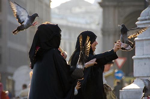 I turisti considerano divertente giocare con i piccioni