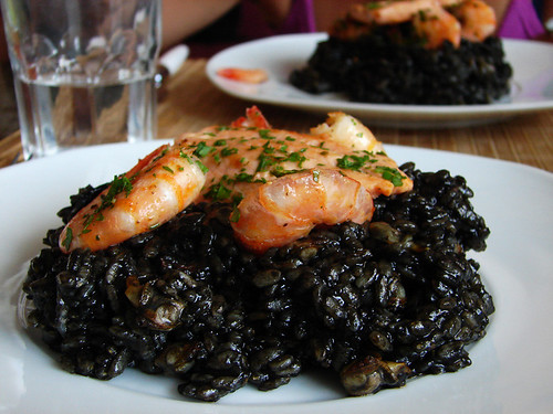 arroz negro + salmón & mariscos