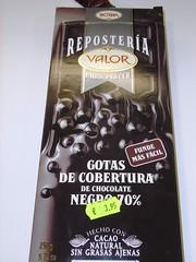La cobertura de chocolate negro en perlas