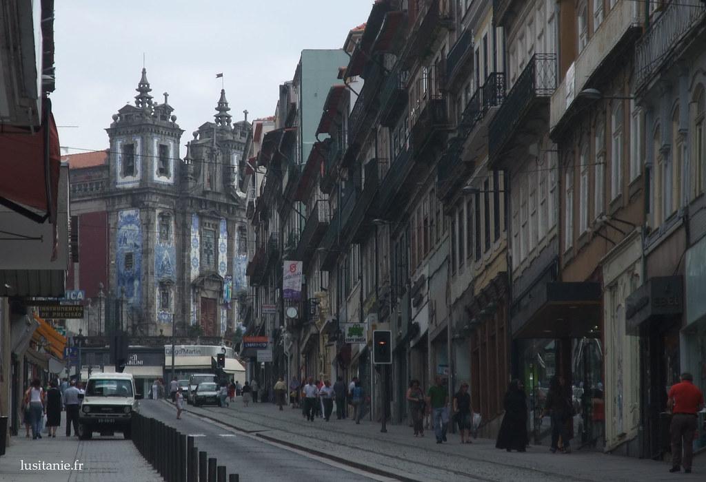 Au bout de la rue, l'église de Santo Ildefonso, couverte de céramique bleue, les azulejos.