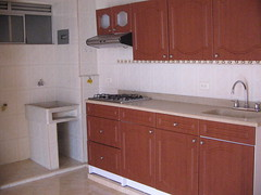 bathroom cabinet(0.0), bathroom(0.0), floor(1.0), cuisine classique(1.0), kitchen(1.0), countertop(1.0), room(1.0), property(1.0), hardwood(1.0), cabinetry(1.0), flooring(1.0), sink(1.0),