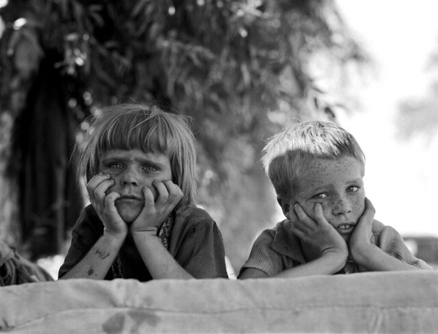 Dorothea Lange: Children of Oklahoma drought refugee in migratory camp in California, 1936