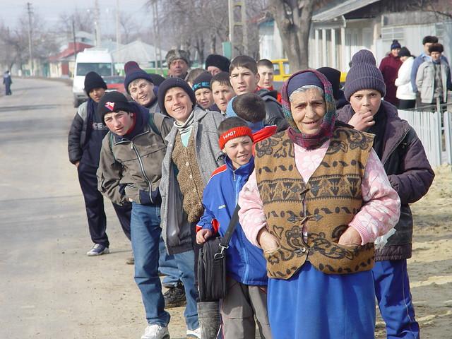 """Tot satul iesit in asteptarea """"somitatilor"""" de la Bucuresti"""