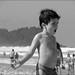 Garoto na praia brava