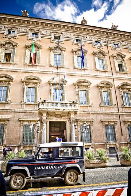 A Blue Range Rover Under Madama Palace (Senato della Repubblica - Palazzo Madama - Roma - Italia - Italy - Carabinieri - 112)