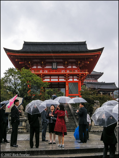 Entering Kiyomizudera