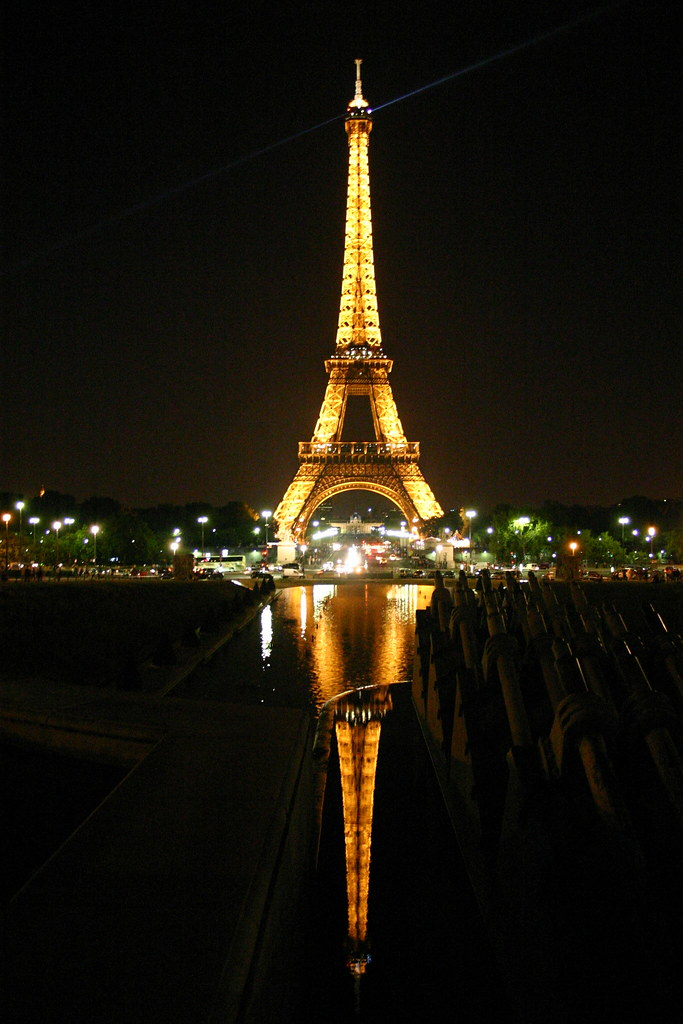 Eiffelturm bei Nacht. / Eiffel Tower at Night.