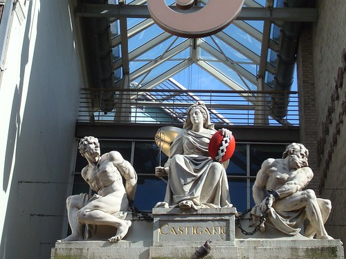 Estátua com o escudo de Amsterdam contendo o XXX