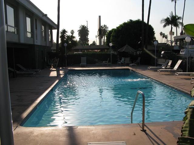 Vagabond Inn, poolside