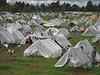 Een gigantisch veld vol tenten in erbarmelijke omstandigheden