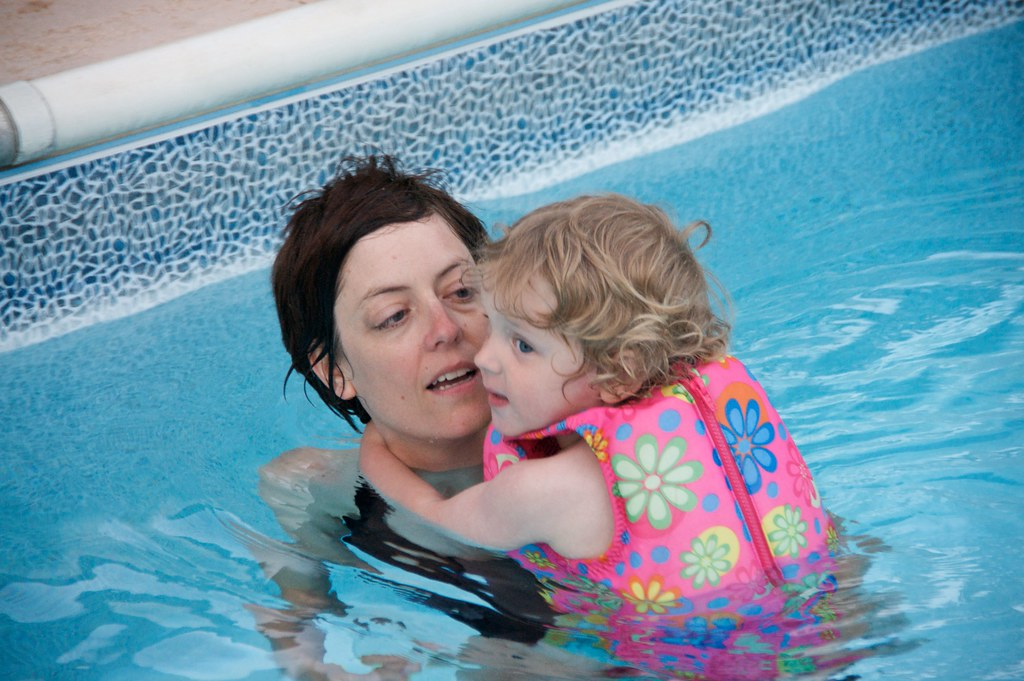 Sis and Lorenz in the Pool 3