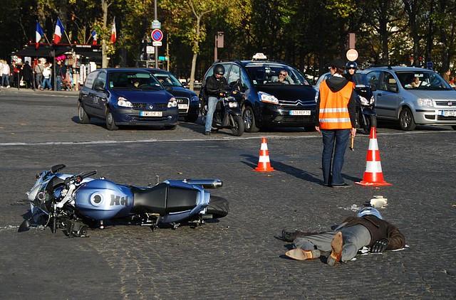 Accident de moto sur les Champs-Élysées - © Chris P Dunn / Flickr CC
