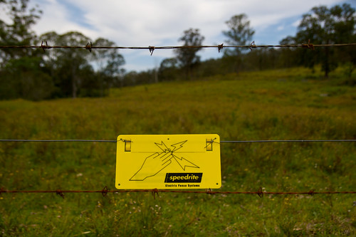 trip holiday grass fence farm australia nsw newsouthwales aus paddock electricfence wirefence yellowsign sifn hastingriver holiday2008 barbedsire electricfencesystems speedrite 26kmwofwauchope