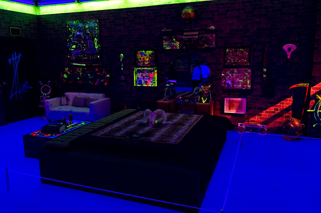 Geffen art moca black light bedroom by jeremy for Blacklight bedroom designs