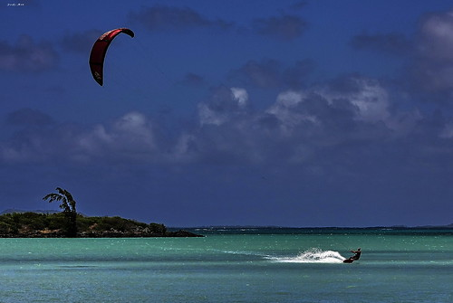 Kitesurfing in Mauritius. Photo via http://www.flickr.com/photos/jody_art/ CC by NC-ND