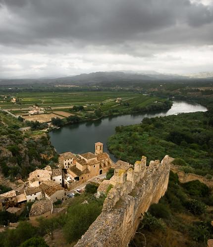 rio river dorf pueblo catalonia catalunya fortification ebro fluss muralla castillo cataluña tarragona burg mauer castell riu miravet ebre templario duelos fortificacion aplusphoto