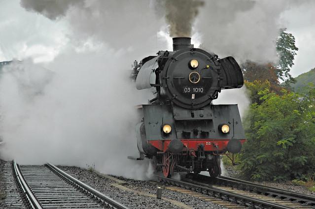 24. Vertrek van de 03 1010 met RE 3823 naar Karlsruhe uit het station van Neustadt 1 oktober 2005 bewerkt.jpg