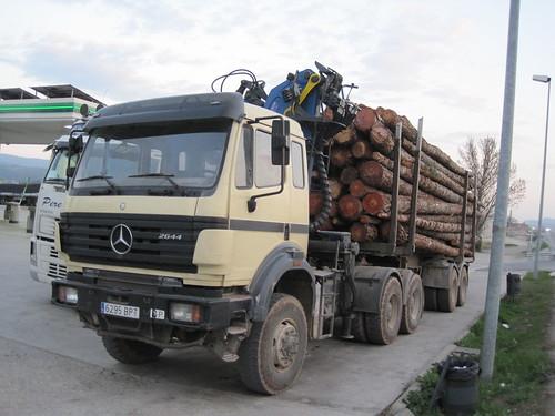 """Camió Mercedes Benz de transport de fusta aparcat a la benzinera de """"Quatre carreteres"""" de Tona (Osona)"""