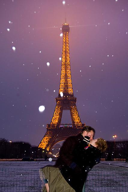 Paris Eiffel Kiss