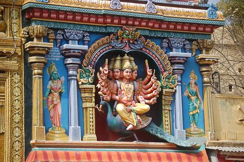 Eine Abbildung von Brahma auf einem Pfau an einem Turm des Tempels von Madurai.