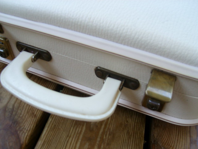 Bag handle in plastic white - Photo copyright by Hanna Andersson, Sweden #loppisfynd