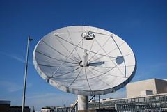 tourist attraction(0.0), ferris wheel(0.0), dome(0.0), radio telescope(1.0), blue(1.0),