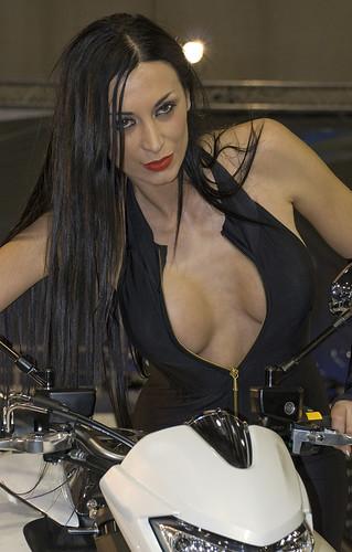 Mulher com decote na moto, gostosa com decote na moto, gostosa em moto, Mulher semi nua em moto, woman motorcycle, babes on bike, woman on bike, sexy on bike, sexy on motorcycle, ragazza in moto, donna calda in moto, femme chaude sur la moto, mujer caliente en motocicleta, chica en moto, heiße Frau auf dem Motorrad, woman with neckline