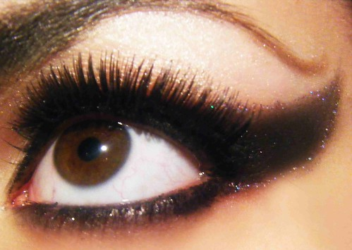 Make up black all over per occhi e  mani, è il momento della dark lady