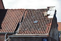 outdoor structure(0.0), roofer(0.0), wood(0.0), wall(1.0), roof(1.0), facade(1.0), brick(1.0), brickwork(1.0),