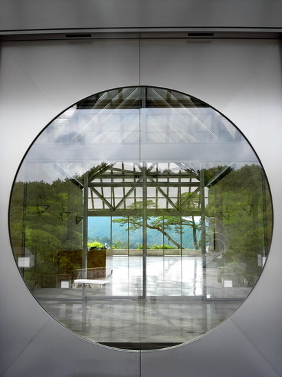 circle window glass color