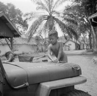 Kinderen maken jeep schoon / Children cleaning a car
