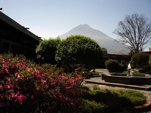Ronald mcdonald 39 s garden el jard n de ronaldo la for Bungalows el jardin retalhuleu guatemala