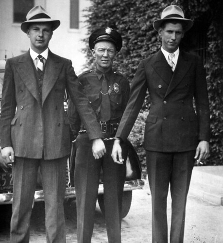 Fullerton Patrolman Ernest E. Garner with bank robbers, Fullerton, 1927