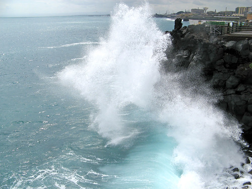 Mare agitato e scogli di lava