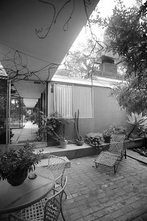 Shulman residence: view from courtyard to residence