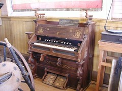computer component(0.0), electronic device(0.0), fortepiano(0.0), harmonium(0.0), organ(0.0), wind instrument(0.0), string instrument(0.0), celesta(1.0), piano(1.0), keyboard(1.0), spinet(1.0), player piano(1.0),